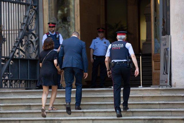 El conseller de Interior de la Generalitat, Miquel Buch, entra al Tribunal Superior de Justicia de Cataluña, para prestar eclaración por  presunta desobediencia.