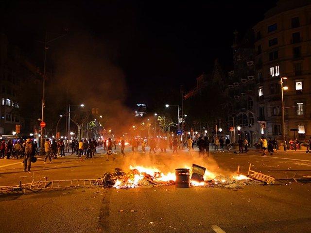 Foguera al passeig de Gràcia de Barcelona durant els aldarulls per la sentència contra el procés sobiranista