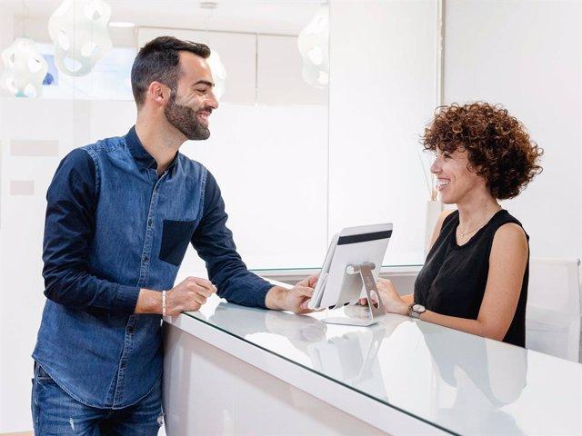 COMUNICADO: Uno de cada dos españoles reconoce que lo primero que mira de otra p