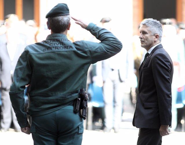 Un agente de la Guardia Civil del Seprona y el ministro del Interior en funciones, Fernando Grande-Marlaska durante los actos de celebración de la festividad de la Virgen del Pilar, Patrona de la Guardia Civil, en Madrid (España), a 11 de octubre de 2019.