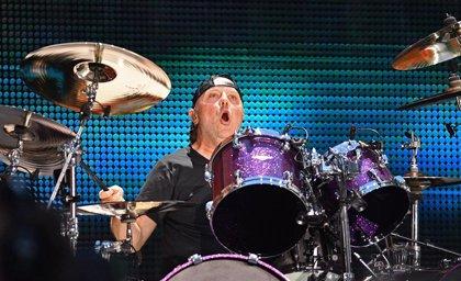 VÍDEO: Lars Ulrich de Metallica toca la batería en un concierto de Mumford & Sons