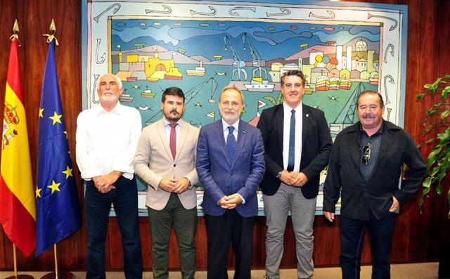 Salvador de la Encina con representantes del Ayuntamiento de Barbate