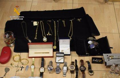 Detenida una pareja por el robo de una caja fuerte con joyas de una vivienda en Santoña