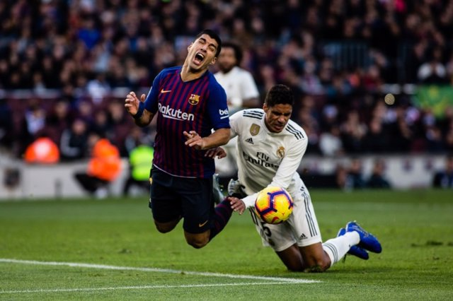 Luis Suárez (Barcelona) y Varane (Real Madrid) en el Clásico del Camp Nou de la temporada 2018-19