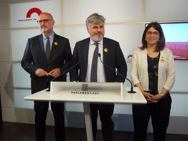 Els diputats de JxCat Eduard Pujol, Albert Batet i Gemma Geis, en roda de premsa al Parlament