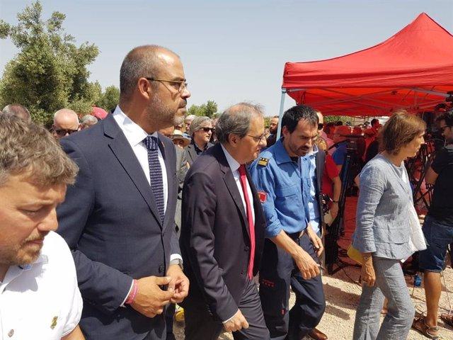 El conseller de l'Interior, Miquel Buch, i el president de la Generalitat, Quim Torra, en l'homenatge als bombers que van morir en l'incendi d'Horta de Sant Joan