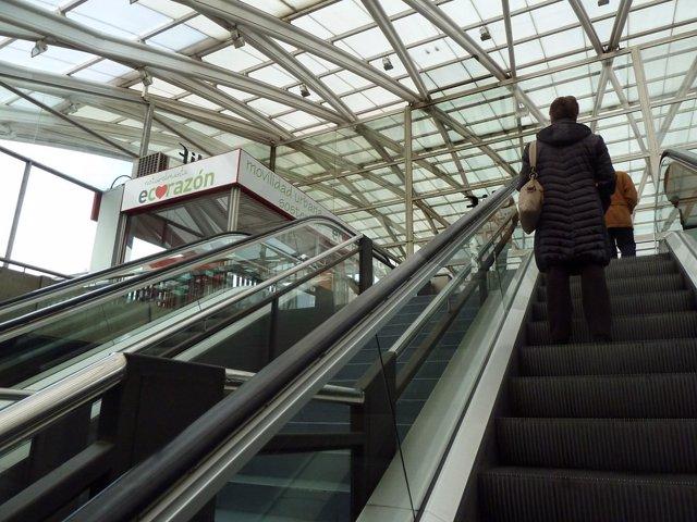 Es probable que lleves utilizando de manera incorrecta las escaleras mecánicas y no lo sepas