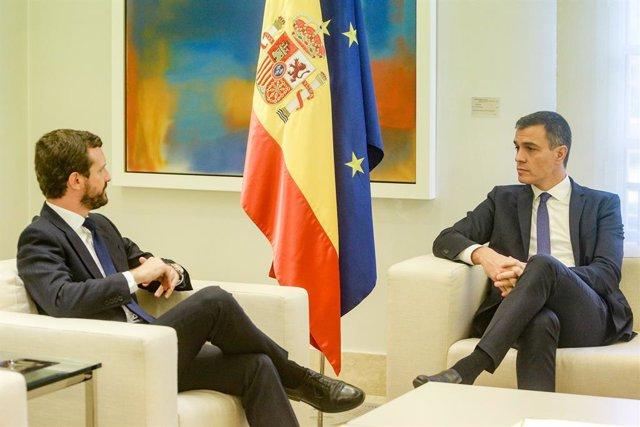 (E-D) El president del PP, Pablo Casado i el president del Govern central, Pedro Sánchez, durant la seva reunió a La Moncloa per analitzar la situació a Catalunya després de la sentència del judici del procés, Madrid (Espanya), 16 d'octubre del 2019