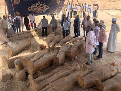 Más de 20 ataúdes sellados aparecen en una necrópolis de Luxor