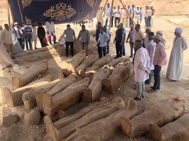 Más de 20 ataúdes sellados aparecen en una ncrópolis de Luxor