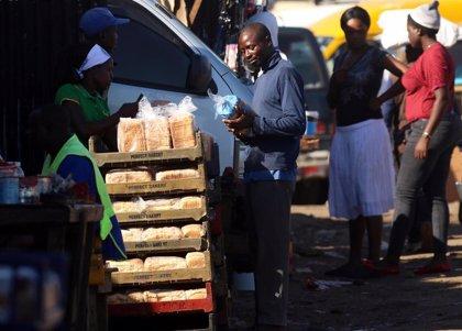 El precio del pan en Zimbabue se dispara un 60% en un solo día y la escasez persiste