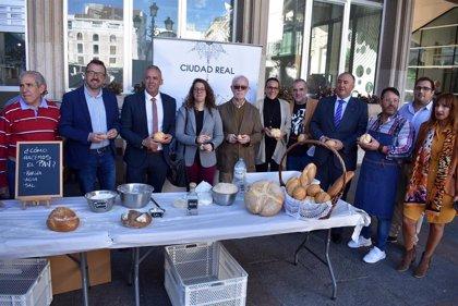 Ciudad Real celebra el Día Mundial del Pan repartiendo 5.000 piezas de su pan de cruz en la Plaza Mayor