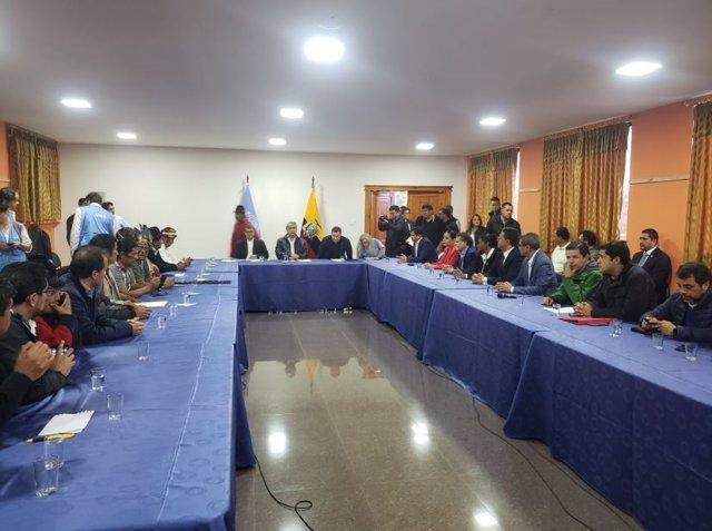 Mesa de diálogo del Gobierno y los indígenas en Ecuador.