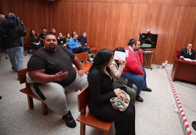 Marino Giménez (1i) y Saul Giménez, hemanos de Sinaí Gimenez (con camiseta roja) y miembros del clan de los Morones, en el banquillo durante el  juicio por una reyerta entre los clanes gitanos de los Morones y los Zamoranos (ocurrida el 16 de octubre de