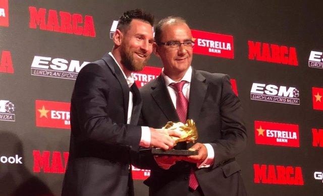 Leo Messi rep la seva sisena Bota d'Or del director de Marca, Juan Ignacio Gallardo.