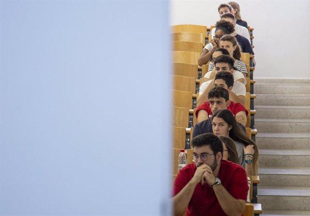 Alumnos examinándose de las pruebas de acceso a la universidad en septiembre, en la Facultad de Matemáticas de Sevilla.