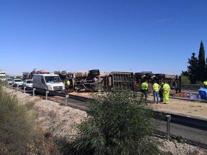 Retenciones de hasta 14 km por el vuelco de un camión en la A-7 en Murcia