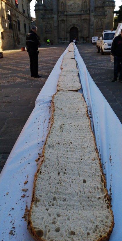 Úbeda (Jaén) celebra el Día del Pan con una tostada gigante de 100 metros regada con aceite de oliva extra de la zona