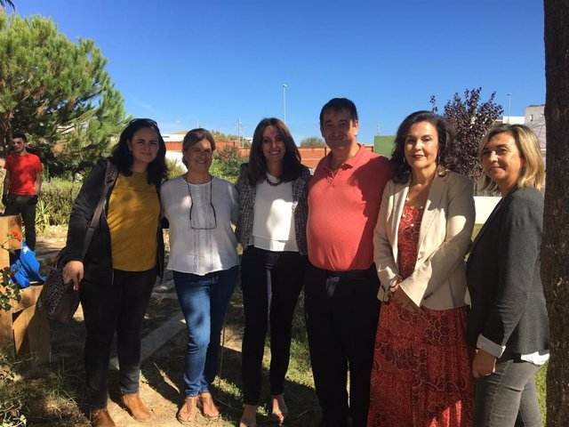 La delegada de Educación en Huelva,  Estela Villalba, visita el IES La Marisma.