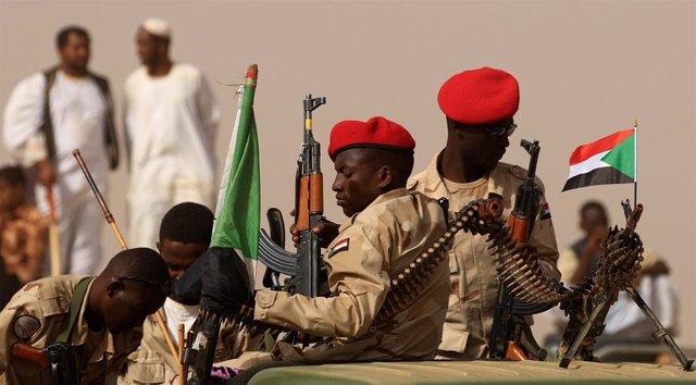 Miembros del grupo paramilitar Fuerza de Apoyo Rápido (RSF) de Sudán