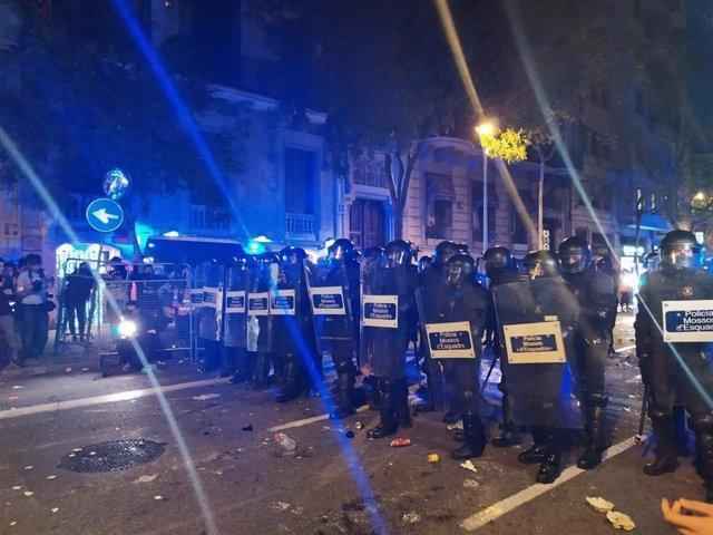 Mossos d'Esquadra al voltant de la Delegació del Govern espanyol a Barcelona després d'una crrega.