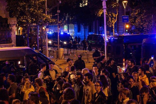 Participants porten estelades en la manifestació de l'ANC al costat d'agents i furgons de la Policia Nacional, Barcelona, 1 d'octubre del 2019.