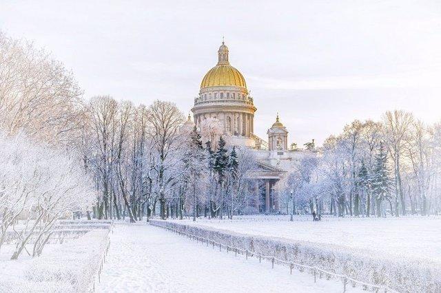 La maravillosa Catedral de San Isaac cubierta de nieve