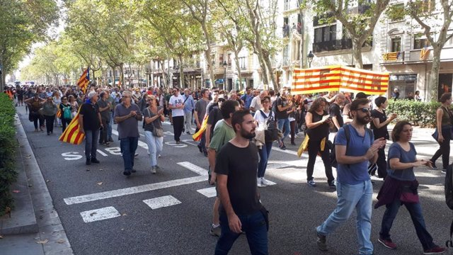 Uns 1.000 independentistes tallen la Gran Via de Barcelona prop de la plaça Espanya.