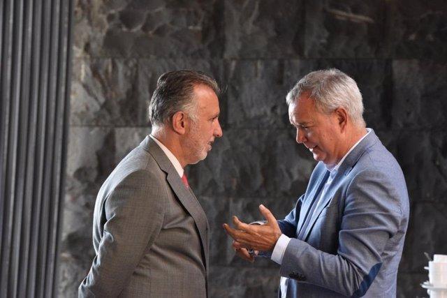 El presidente de Canarias, Ángel Víctor Torres, conversa con el consejero de Obras Públicas, Sebastián Franquis