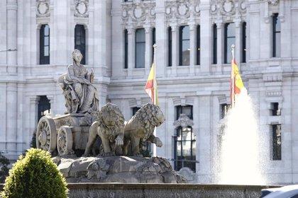 El Ayuntamiento renueva las diez banderas de España que 'escoltan' a la Cibeles
