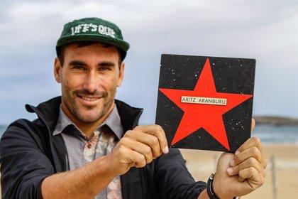 El español Aritz Aranburu descubre su estrella en el 'Surfing Hall of Fame'