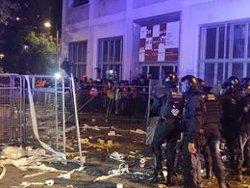 Ferit un càmera pels llançaments dels manifestants davant la Conselleria d'Interior (EUROPA PRESS)