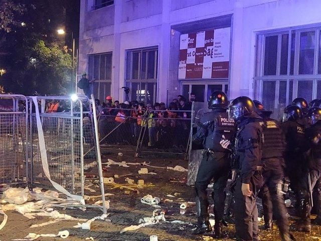 Els Mossos davant la Conselleria d'Interior on s'han concentrat CDR en protesta per la sentència de el 1-O