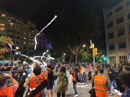 Manifestantes se concentran ante la Conselleria de Interior y lanzan papel de váter