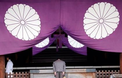 Abe envía una ofrenda al polémico santuario bélico de Yasukuni pero asegura que no lo visitará