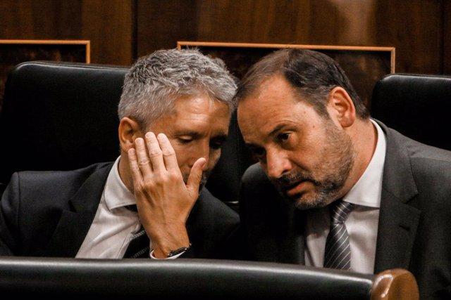 El ministro del Interior, Fernando Grande Marlaska, conversa con el ministro de Fomento, José Luis Ábalos, durante la primera sesión ordinaria en el Congreso de los Diputados tras el parón vacacional.