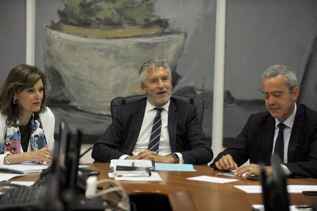 El ministro del Interior en funciones, Fernando Grande-Marlaska (2i), junto a la secretaria de Estado de Seguridad, Ana Botella Gómez (1i), durante la reunión para la constitución del CECOR en San Sebatián.