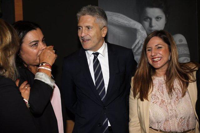 El ministre de l'Interior en funcions, Fernando Grande-Marlaska al costat de la presidenta de la Diputació de Cadis, Irene García (jaqueta clara) en un acte de reconeixement a les empreses col·laboradores del Pla d'Ocupació de Creu Roja.