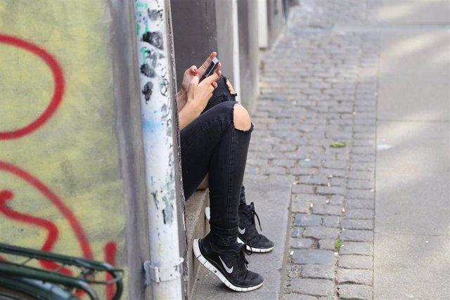 Un estudio analiza el impacto emocional del intercambio de contenido sexual entre adolescentes. Joven, juventud, teléfono móvil.