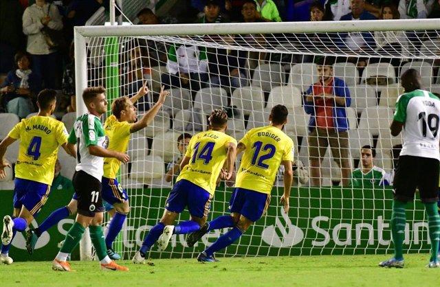 Los jugadores del Cádiz CF celebran un gol en El Sardinero.
