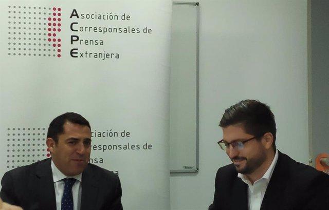 El presidente de Empresaris de Catalunya, Carlos Rivadulla (i), junto con el abogado penalista Eloi Castellarnau (d), en un encuentro informativo con la Asociación de Corresponsales de Prensa Extranjera