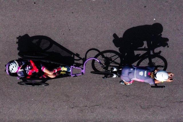 'Ironmom': Una Mujer Termina Un 'Ironman' Cargando A Cuestas A Su Hija De 23 Años Que No Puede Caminar