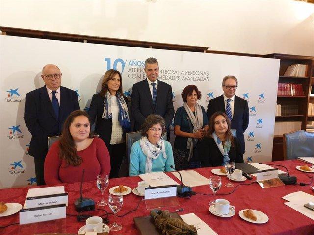 Representantes de 'La Caixa', de los equipos de atención del programa para personas y familiares con enfermedades avanzadas y usuarios en la presentación del balance en Salamanca.