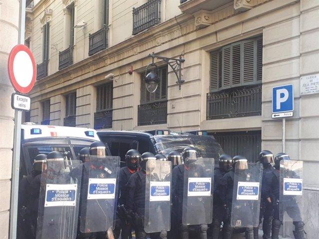 Calma tensa davant la Prefectura Superior de Catalunya en la manifestació estudiantil