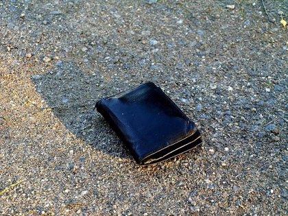 Hacer transferencias bancarias: la ingeniosa manera que un hombre encontró para devolver una cartera a su dueño