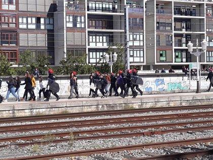 Detenidos al menos 15 jóvenes por intentar cortar las vías del tren a su paso por Vitoria