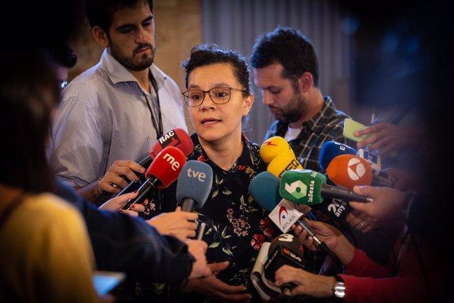 La diputada de la CUP al Parlament Natàlia Sànchez, ofereix declaracions als mitjans de comunicació durant la sessió plenària celebrada al Parlament tres dies després de conèixer la sentència del procés, Barcelona (Catalunya, Espanya)