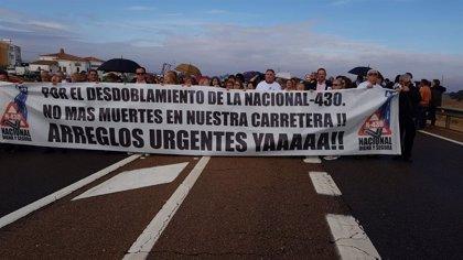 Cerca de 4.000 personas cortan la N-430 a la altura de Navalvillar de Pela para reclamar su desdoblamiento
