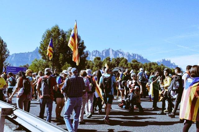 Participants a les Marxes per la Llibertat davant Montserrat.