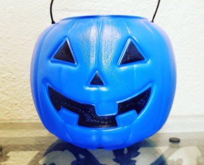 Calabazas azules: la iniciativa de una madre de niño con autismo para ayudar con el intercambio de chuches en Halloween
